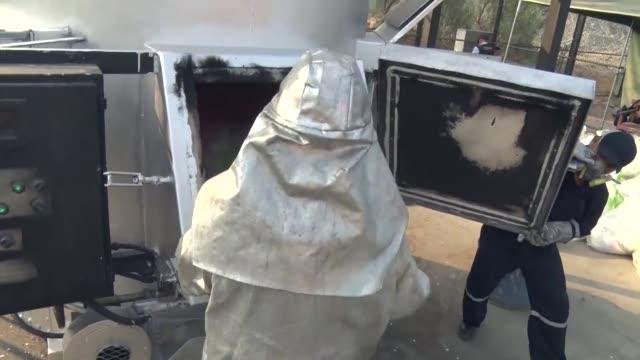 vídeos y material grabado en eventos de stock de la policia peruana incinero el jueves 7,9 toneladas de droga decomisada en distintos operativos contra narcotraficantes que pretendian llevar la... - llevar