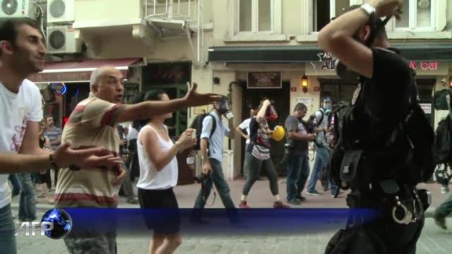 stockvideo's en b-roll-footage met la policia turca utilizo gases lacrimogenos y canones de agua en los alrededores de la plaza taksim de estambul para dispersar a los cientos de... - agua