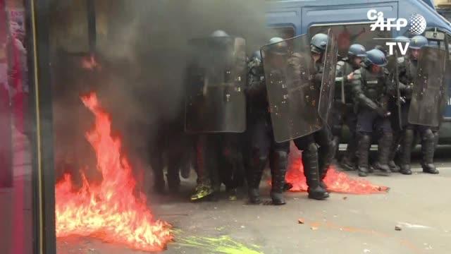 la policia uso granadas y gas lacrimogeno el martes para contener una protesta en paris en el inicio de una semana de huelgas y manifestaciones... - sindicatos stock videos & royalty-free footage