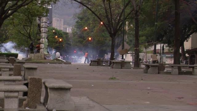 la policia venezolana detuvo este jueves a unos treinta manifestantes en su mayoria jovenes que bloqueaban una avenida en el este de caracas - avenida stock videos & royalty-free footage
