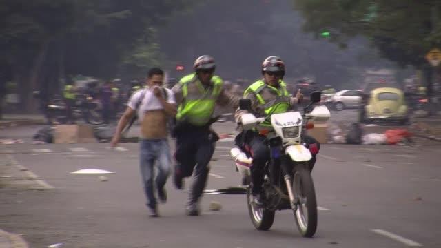 la policia venezolana detuvo este jueves a unos treinta manifestantes en su mayoria jovenes que bloqueaban una avenida en el este de caracas voiced... - avenida stock videos & royalty-free footage