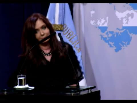 stockvideo's en b-roll-footage met la presidenta cristina kirchner anuncio que denunciara ante la onu una 'nueva militarizacion' del atlantico sur por parte de londres tras la decision... - atlantische eilanden