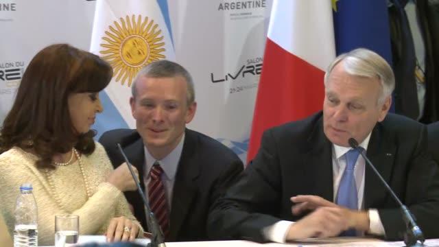 vídeos de stock e filmes b-roll de la presidenta de argentina cristina kirchner inauguro este jueves el salon del libro de paris que rinde honor a la rica literatura de su pais - literatura