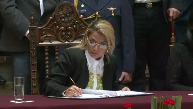 la presidenta interina de bolivia jeanine anez promulgo el domingo la ley para convocar a nuevas elecciones generales y que excluyen al exiliado... - enacting stock videos & royalty-free footage