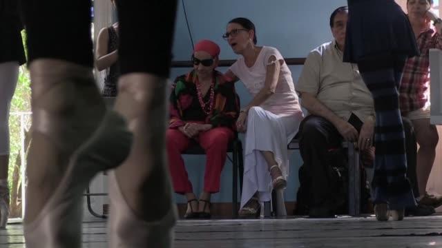 la prima ballerina assoluta alicia alonso leyenda mundial del ballet cubano cumple 96 anos el 21 de diciembre y a pesar de la ceguera sigue siendo la... - guia stock videos & royalty-free footage