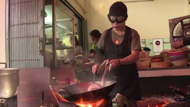 la primera edicion de la guia michelin dedicada a bangkok publicada el miercoles no le dio sus tres estrellas a ningun restaurante de la capital... - restaurante stock videos & royalty-free footage