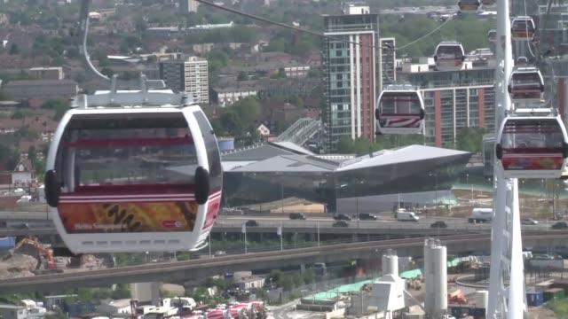 la primera linea de teleferico urbano en el reino unido voiced teleferico olimpico on june 28 2012 in london england - reino unido stock videos & royalty-free footage