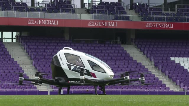 la primera salida de un taxi dron sin piloto en viena ofrecio el jueves una idea de lo que seran los viajes urbanos en el futuro - taxi stock videos & royalty-free footage