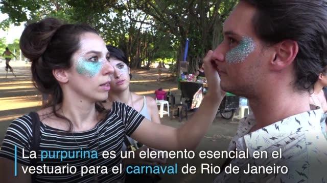 La purpurina biodegradable inspirada en la cocina vegana esta ganando terreno entre los participantes del carnaval de Rio de Janeiro