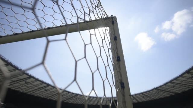 la red de una de las porterias del estadio donde brasil fue humillado por alemania en el mundial 2014 con el desastroso 7-1 de las semifinales sera... - semifinal round stock videos & royalty-free footage