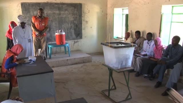 la region sudanesa de darfur devastada por una larga guerra civil celebraba este lunes un referendum sobre su organizacion territorial una consulta... - guerra civil stock videos and b-roll footage