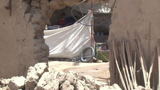 la remota provincia pakistani de baluchistan en la frontera con iran y afganistan fue la mas afectada por el sismo que sacudio la zona el pasado... - multan stock videos and b-roll footage