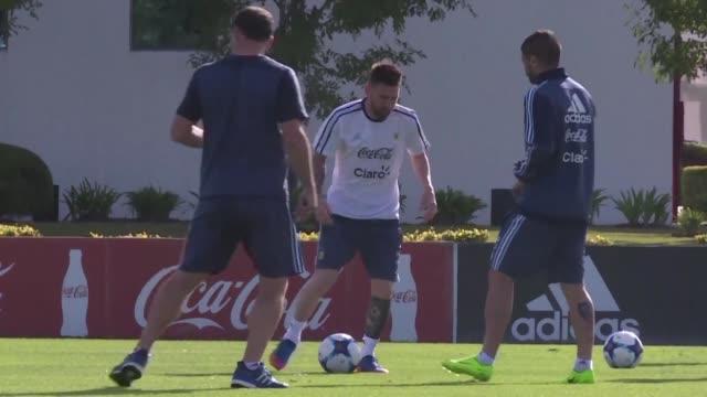 La seleccion argentina de futbol entreno completa el martes con miras al partido decisivo ante Chile del jueves en la clasificatoria sudamericana al...