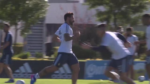La seleccion argentina de futbol entreno el lunes en Buenos Aires sin el astro Lionel Messi