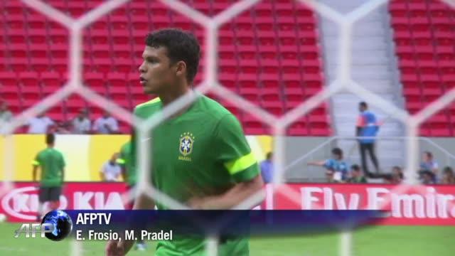 La seleccion brasilena esta llena de estrellas pero el equipo debe su armonia a su discreto capitan Thiago Silva VOICED Thiago Silva la fuerza...