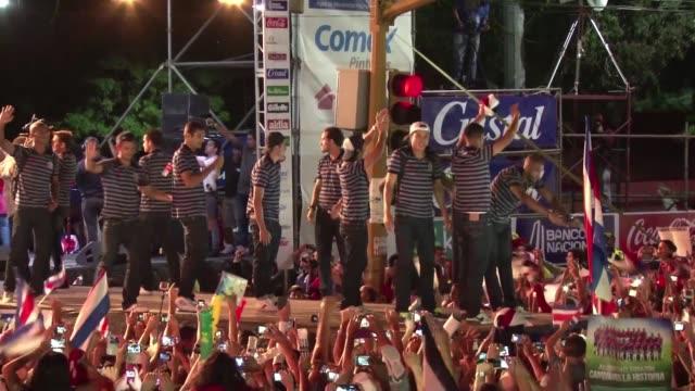 La seleccion costarricense de futbol regreso este martes al pais donde tuvo un recibimiento como heroes tras su historica participacion en el Mundial...
