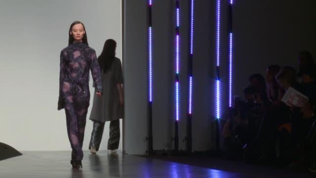 vídeos de stock, filmes e b-roll de la semana de la moda de londres se caracteriza por la vanguardia y muchas veces por la exageracion pero tambien hay lugar para el minimalismo voiced... - vanguardista