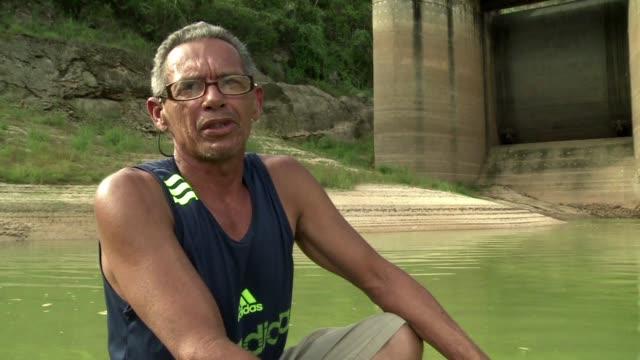 la sequia esta perjudicando a los embalses que abastecen a la segunda ciudad mas grande de brasil a rio de janeiro le hace falta agua - bacino idrico video stock e b–roll