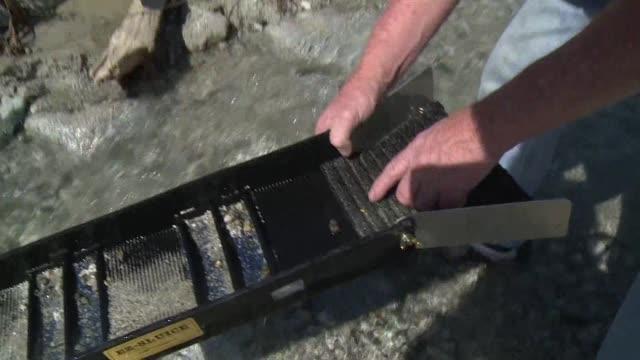 stockvideo's en b-roll-footage met la sequia historica de california preocupa a agricultores y ganaderos pero es la condicion perfecta para buscadores de oro que aprovechan el bajo... - agua