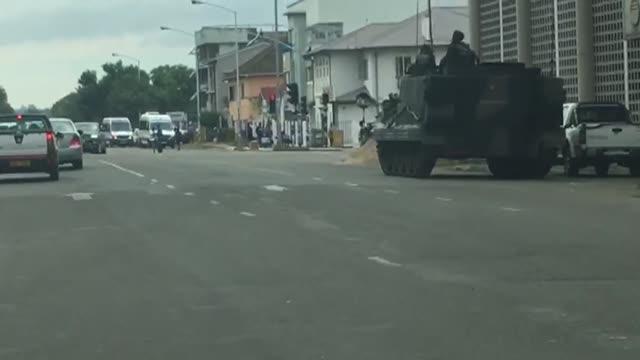 La situacion seguia confusa el jueves en Zimbabue al dia siguiente de un golpe de Estado militar que mantenia al presidente Robert Mugabe en arresto...