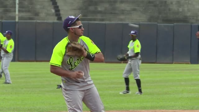 la temporada 20162017 del beisbol profesional venezolano arranca el jueves con la promesa de reunir a super estrellas de las grandes ligas como felix... - desafio stock videos and b-roll footage