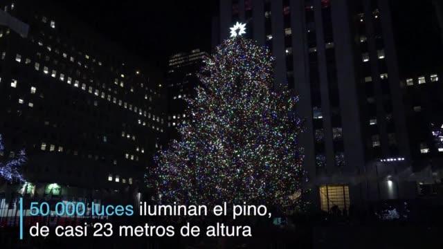 vídeos y material grabado en eventos de stock de la temporada navidena comenzo oficialmente en nueva york con el tradicional encendido de un enorme arbol decorado en el rockefeller center - árbol de navidad del centro rockefeller