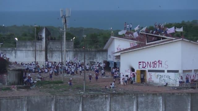 vídeos y material grabado en eventos de stock de la tensa batalla entre grupos rivales continuo el martes en una prision al norte de brasil al llegar la noche con los presos prometiendo tomar... - venganza