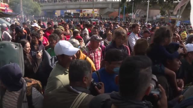 la tension aumento el jueves en la frontera entre mexico y estados unidos donde se manifestaron miembros de la caravana migrante de centroamericanos... - tijuana stock videos & royalty-free footage