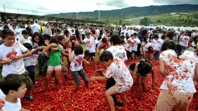 la tomatina una tradicional guerra de tomates celebrada todos los anos en espana ha inspirado una fiesta similar en colombia voiced guerra de tomates... - festival tradicional stock videos & royalty-free footage