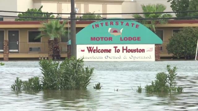 la tormenta harvey amenazaba el miercoles con sembrar el caos en luisiana tras generar intensas lluvias e inundaciones en varias zonas de texas - luisiana stock videos and b-roll footage