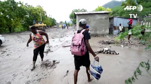La tormenta tropical Erika causo lluvias torrenciales a su paso por Haiti donde al menos una persona murio por un deslizamiento de tierra