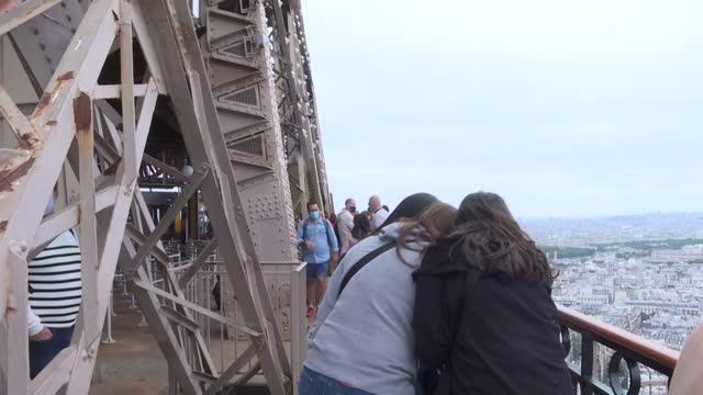 FRA: La torre Eiffel reabre tras más de ocho meses cerrada por la pandemia