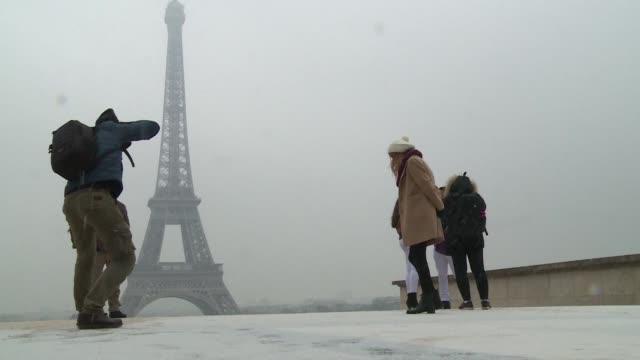 La Torre Eiffel uno de los monumentos mas visitados del mundo cerro el martes por la manana debido a un temporal de nieve