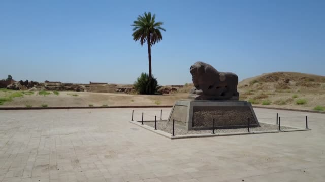 la unesco inscribio el viernes en su patrimonio mundial el conjunto mesopotamico de babilonia en irak pais devastado desde hace 40 anos por la guerra... - irak stock videos and b-roll footage