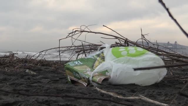 la union europea acordo el miercoles prohibir a partir de 2021 la mayoria de plasticos de un solo uso incluyendo los bastoncillos para los oidos las... - slit och släng bildbanksvideor och videomaterial från bakom kulisserna
