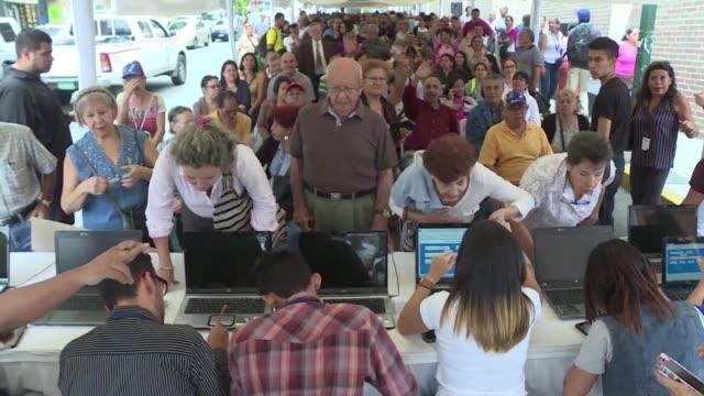 vídeos y material grabado en eventos de stock de la validacion de firmas para activar un referendo revocatorio contra el presidente nicolas maduro comenzo este lunes en las sedes regionales del... - viernes