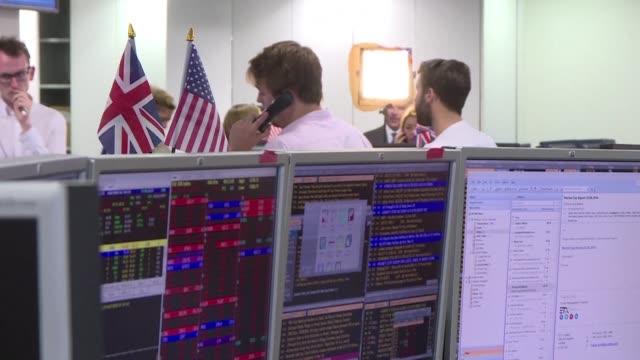 la victoria del brexit en el reino unido hundio el viernes los mercados y en particular los valores bancarios provocando una estampida de los... - reino unido stock videos & royalty-free footage
