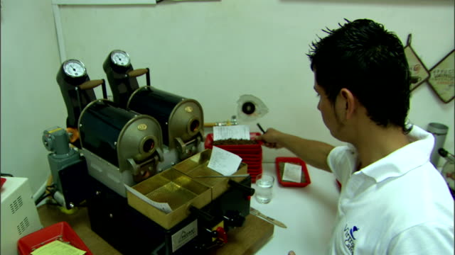 a lab technician uses test equipment to analyze grain samples. - 麻袋点の映像素材/bロール