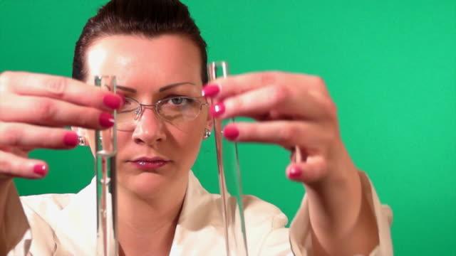 operaio di laboratorio controllo provetta - scienziata video stock e b–roll