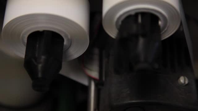 etikettutskrift rullar på en maskin - äldre maskin - tryckpress bildbanksvideor och videomaterial från bakom kulisserna