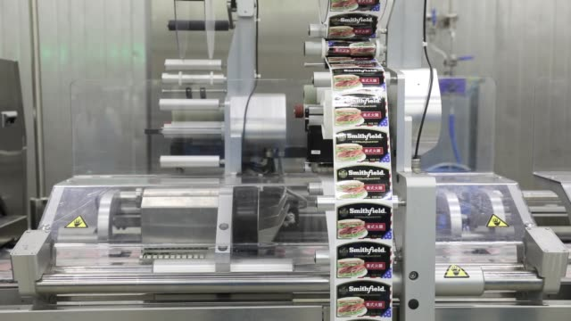 vidéos et rushes de labels for finished pork products move along a production line that processes imported smithfield foods inc pork at the wh group ltd facility in... - aboutissement