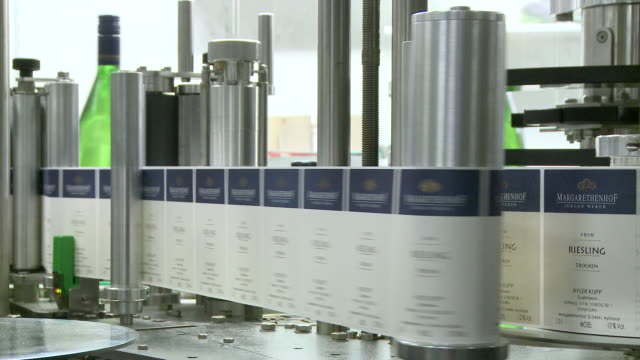 vídeos de stock, filmes e b-roll de ms lable of champagne bottles on production line / ayl, rhineland-palatinate, germany - etiqueta mensagem