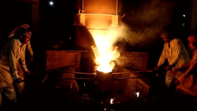vídeos de stock e filmes b-roll de labor carrying melt iron to pour into moulds - fundir técnica de vídeo