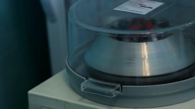 実験遠心機スピニング[001 ] - 遠心機点の映像素材/bロール