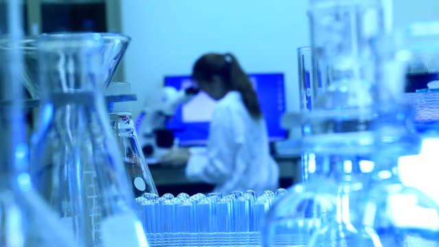 Labor Glas ware mit Techniker im Hintergrund