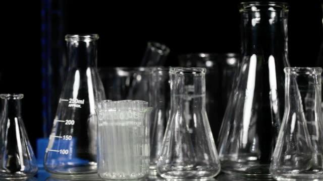vetreria da laboratorio panoramica - pallone di vetro video stock e b–roll