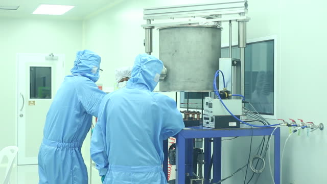 labortechniker arbeiten im reinraum - hygiene stock-videos und b-roll-filmmaterial