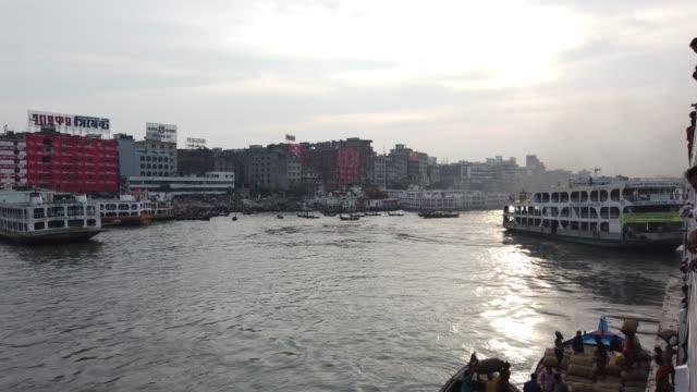vídeos y material grabado en eventos de stock de laborer unloading good in a running launch in the buriganga river in dhaka - embarcación de pasajeros