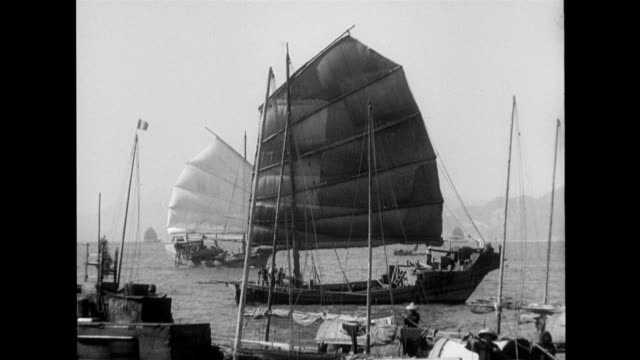 vidéos et rushes de laborers working receiving pay sailing ships maritime traffic laborers and maritime scenes on january 01 1930 in china - jonque