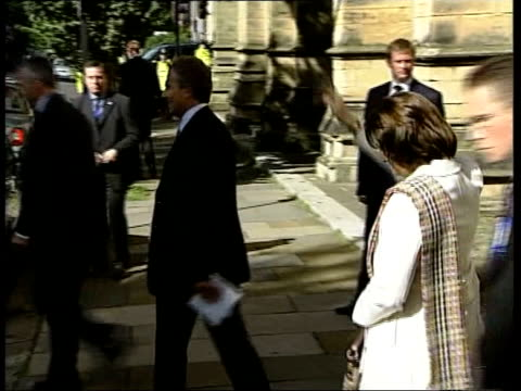 vídeos y material grabado en eventos de stock de annual conference in brighton day 1 england east sussex brighton ext tony blair mp with wife cherie blair along waving to onlookers and shaking hands... - east sussex